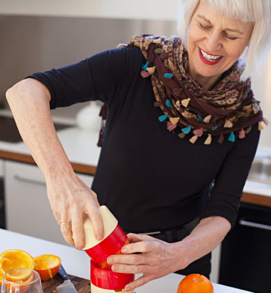 woman juicing oranges
